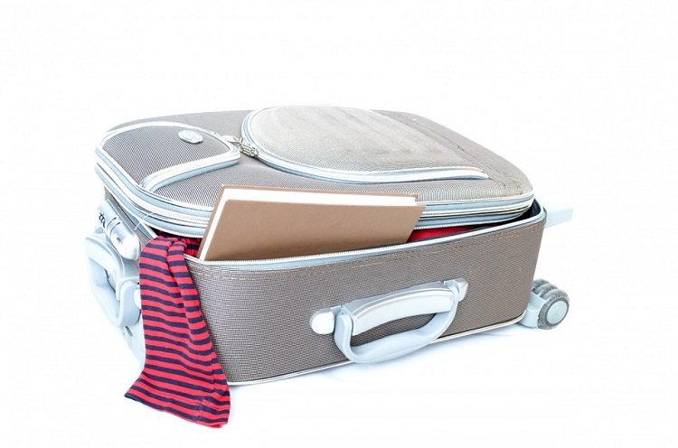 easy ways to pack a suitcase efficiently