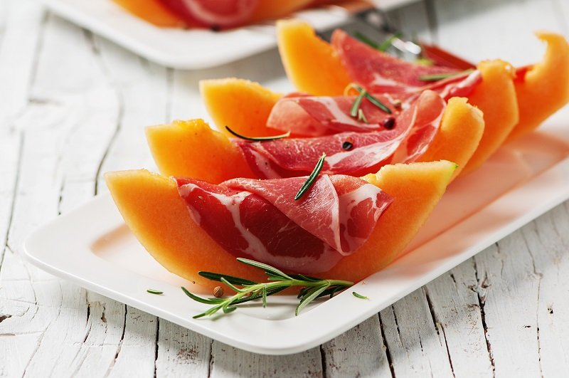 ham with melon slices